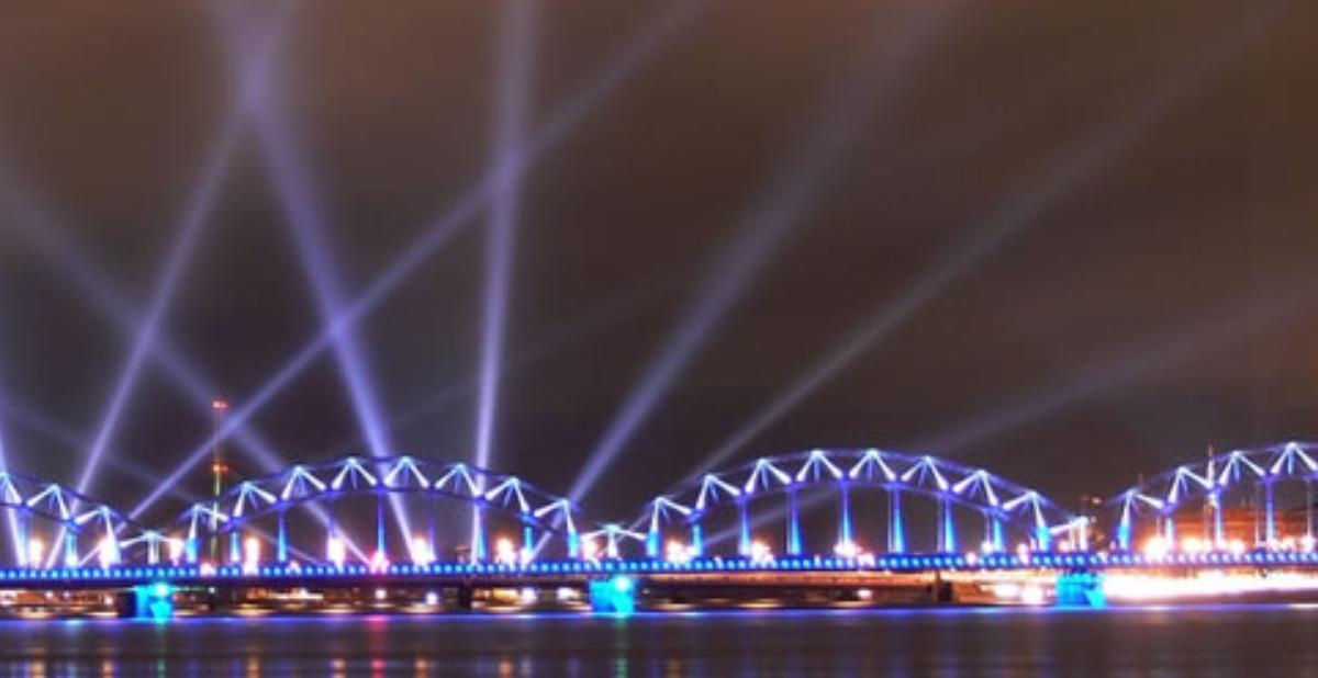 Kenti ikiye bölen muhteşem Daugava Nehri ve üzerindeki köprülerden biri.